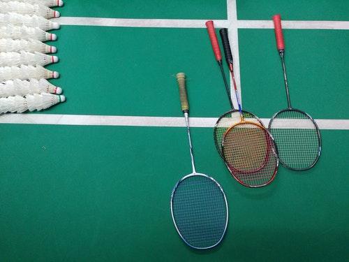 Comment se déroule un match de badminton
